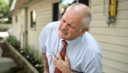 Đi uống cà phê vào sáng sớm, cụ ông bị lên cơn nhồi máu cơ tim
