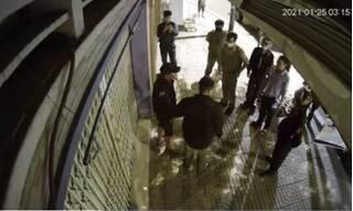 Clip: Bắt nhóm người đi 'xế hộp' trộm chậu kiểng của cụ bà 80 tuổi