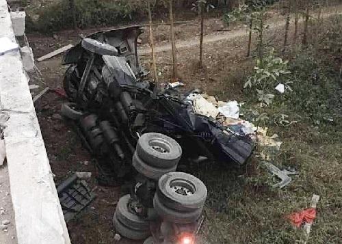 Ngày 26/1, tại Km 267+350 Quốc lộ 18 đoạn qua thôn 5 xã Quảng Nghĩa, thành phố Móng Cái, tỉnh Quảng Ninh xảy ra vụ tai nạn khiến 2 người bị thương nặng.  Theo đó, khaongr 5h30' cùng ngày, container BKS 86C-12791 kéo theo rơ móc 86R-00861 do tài xe Quách Hữu Quang (thường trú thôn 6, xã Hàm Đức, huyện Hàm Thuận Bắc, tỉnh Bình Thuận) chở  Nguyễn Phước Hà (SN 1988, cùng trú tại huyện Hàm Thuận Bắc, tỉnh Bình Thuận) di chuyển theo hướng Hải Hà- Móng Cái.  Tại đây, container bất ngờ đâm vào lan can cầu và bị lật xuống vực phía bên phải cầu Pạt Cạp. Cú tông mạnh đã khiến chiếc xe lao thẳng xuống nền đất dưới chân cầu.  Nguyên nhân ban đầu được xác định là lái xe ngủ gật. Vụ tai nạn khiến anh Quang và anh Hà bị thương được người dân đưa đi cấp cứu tại bệnh viện. Tại hiện trường, chiếc xe container bẹp dúm, hư tại nặng, hàng hóa từ thùng xe văng ra dưới chân cầu.   Nhận được tin báo, lực lượng chức năng đã có mặt tại hiện trường để điều tra, làm rõ nguyên nhân vụ việc. Hiện lực lượng chức năng đang điều tra làm rõ nguyên nhân vụ tai nạn.