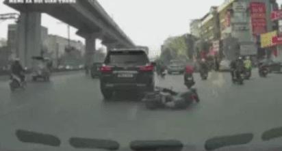 Mải dùng điện thoại, nam shipper đâm trúng đuôi xe Lexus