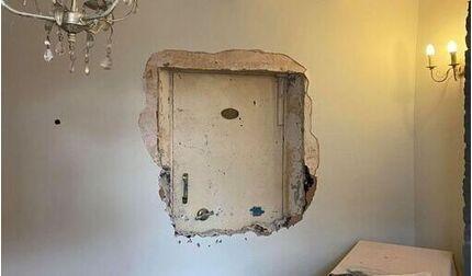 Anh: Đục tường căn nhà