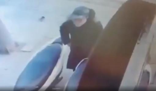 Nữ 'đạo chích' cạy cốp xe máy trộm ví nhanh như chớp trên phố Hà Nội