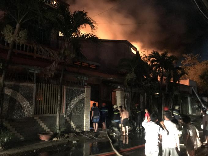 Huy động tổng cộng 150 người, 24 xe chữa cháy vụ cháy ở Hóc Môn