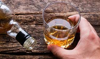 Người đàn ông kích thích vật vã, có dấu hiệu hoang tưởng sau khi uống rượu