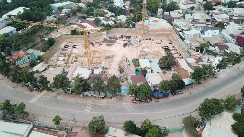 Theo phản ánh của người dân, chủ đầu tư đã âm thầm đào bới, ép cọc ... tiến hành xây dựng từ nhiều tháng nay.