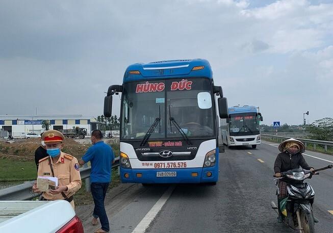 Khẩn cấp truy tìm 50 người đi xe khách về từ vùng dịch xuống dọc các tỉnh