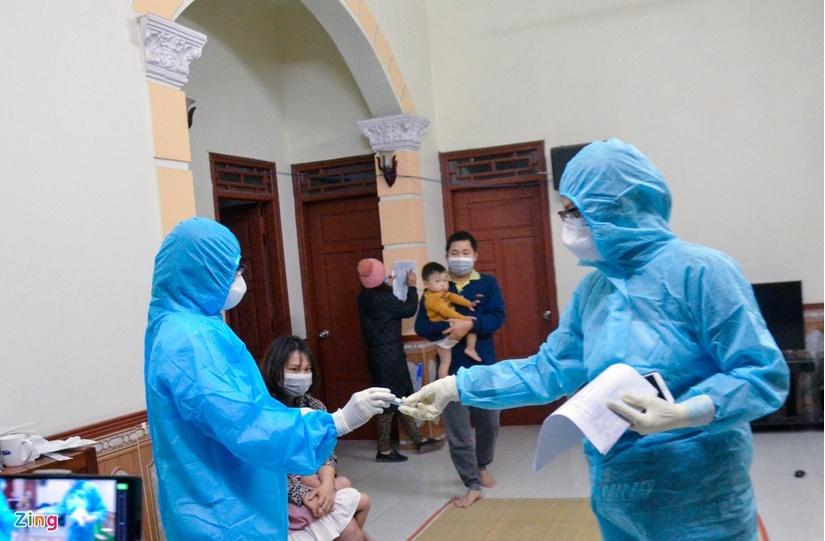 500 cán bộ, bác sĩ và sinh viên trắng đêm lấy mẫu xét nghiệm 5 nghìn người Đông Triều