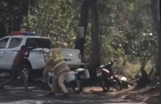 Đi xe máy không đội mũ bảo hiểm còn lấy dao đâm CSGT