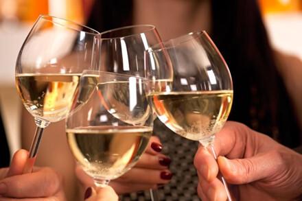Ngộ độc rượu ngày Tết, dấu hiệu nhận biết và cách sơ cứu