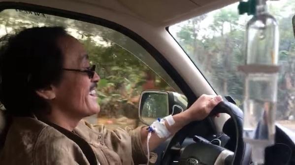 Nghệ sĩ Giang Còi khiến dân tình hốt hoảng khi vừa lái xe vừa truyền nước