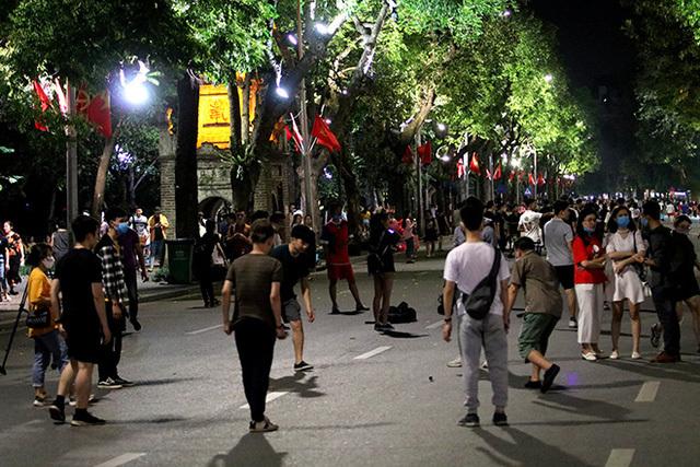 Hà Nội: Đề xuất tạm dừng phố đi bộ Hồ Gươm, công khai người không đeo khẩu trang