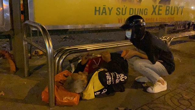 Tiểu Vy, Lương Thùy Linh thức xuyên đêm trao quà cho người vô gia cư