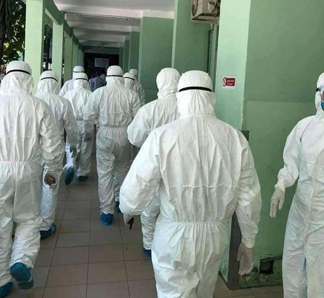 Điểm lại những hình ảnh 'chiến sĩ áo trắng chống Covid-19' khiến triệu trái tim đất Việt thổn thức