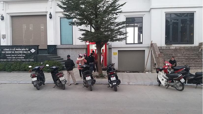Ngân hàng đón đầu, nhiều khách hàng vẫn 'khóc ròng' vì ATM 'tắc đường'
