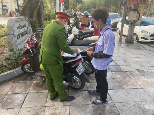 Công an quận Hoàn Kiếm xử phạt nhiều bãi trông xe 'chặt chém'