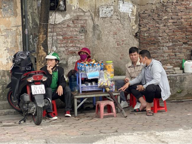 Phớt lờ chỉ đạo phòng chống dịch Covid-19, nhiều quán trà đá, quán ăn vỉa hè ở Hà Nội vẫn ngang nhiên mở cửa