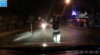 'Nhảy múa' chặn đầu xe ô tô giữa đường, nam thanh niên bị đấm túi bụi