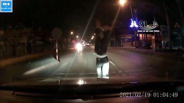 Nhảy múa chặn đầu xe ô tô giữa đêm, nam thanh niên bị đấm túi bui
