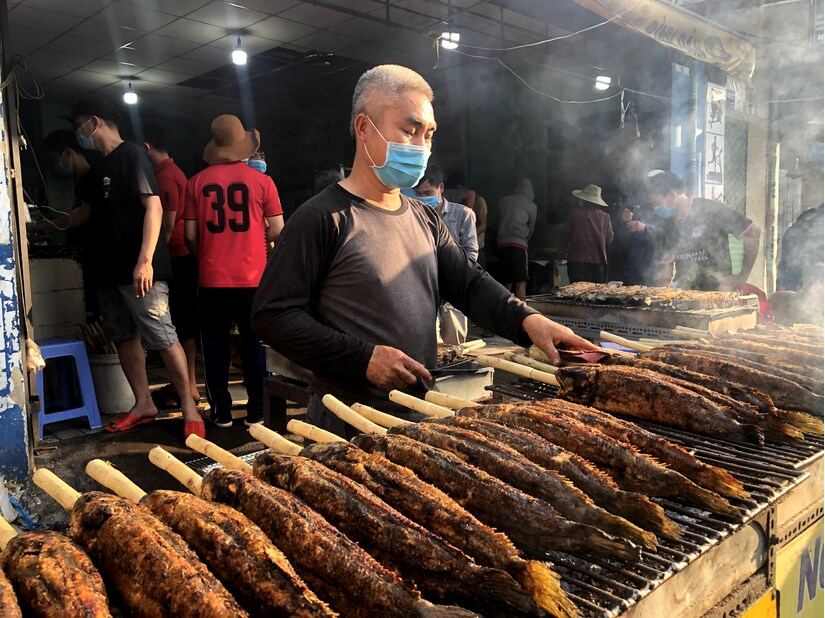 Dân TP HCM đổ xô mua cá lóc nướng ngày vía thần tài