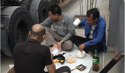 Bữa cơm đạm bạc bên đường của cánh tài xế trong mùa dịch bệnh khiến triệu người rưng rưng