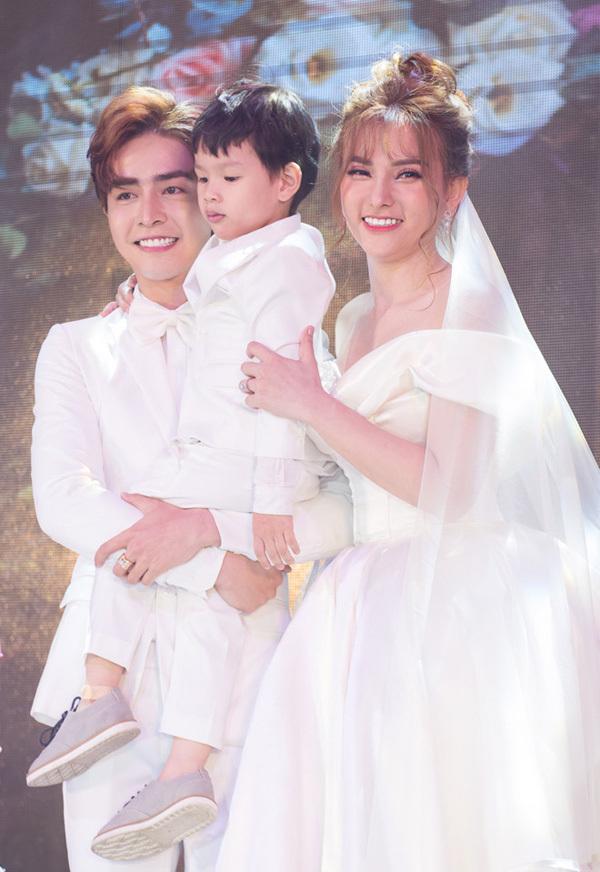 Hôn nhân của nữ ca sĩ tuổi Tý xinh đẹp bên chồng kém 10 tuổi