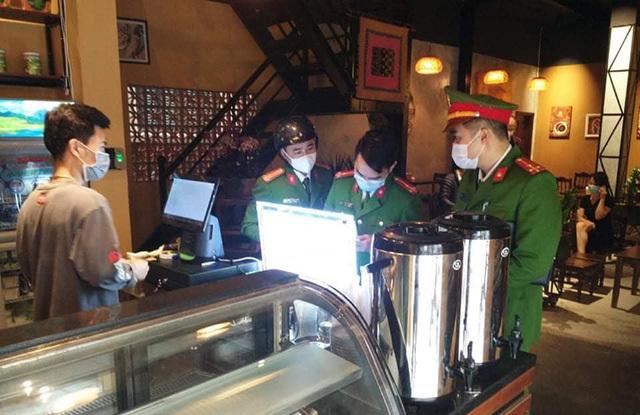 Bất chấp 'lệnh' tạm dừng hoạt động, 2 quán cà phê phố Cổ Hà Nội tìm cách che mắt lực lượng chức năng để đón khách