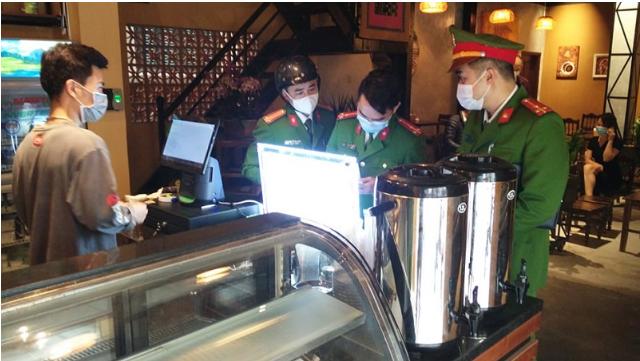 Quán cà phê Hà Nội bán 'chui' giữa mùa dịch