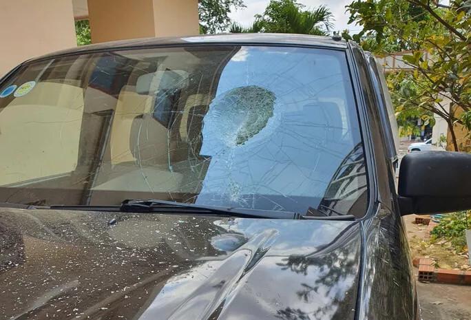 Người đàn ông đập phá ô tô lạ đậu trước cửa nhà vì không cho xe vào được