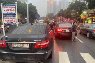 Vụ 2 xe Mercedes Benz trùng biển kiểm soát: Công an tạm giữ 1 ô tô