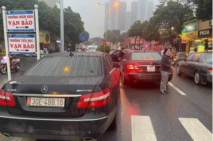 Hà Nội: Xác minh vụ 2 chiếc xe Mercedes biển số giống nhau chạy trên phố