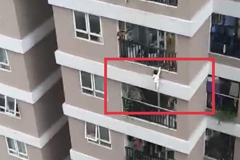 Thời điểm bé 2 tuổi rơi từ tầng 13 chung cư xuống, bố mẹ bé đang ở đâu