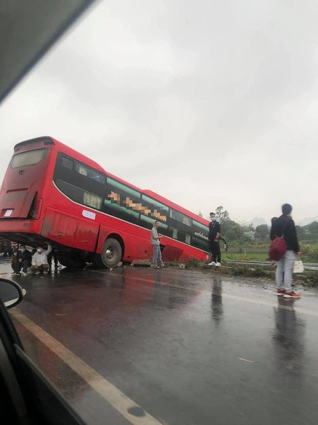 Màn trú mưa cùng tử thần giữa quốc lộ của 3 người đàn ông khiến người đi đường toát mồ hôi lạnh