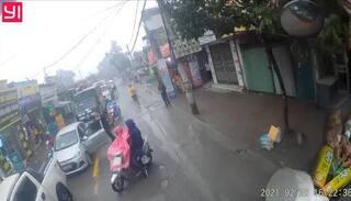 Tài xế xe bán tải chặn đầu, cầm gậy đánh dã man người lái xe con