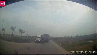 Tránh cô gái sang đường ẩu, xe container lao xuống ruộng