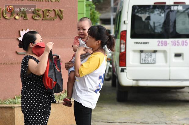 Phụ huynh dở khóc, dở cười trước biểu cảm của con trong ngày trở lại trường