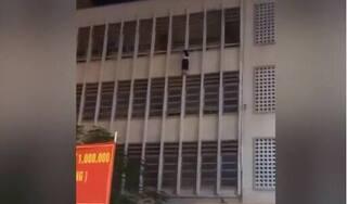 Thót tim hình ảnh nữ học sinh treo lửng lơ ngoài ban công suýt rơi xuống sân trường