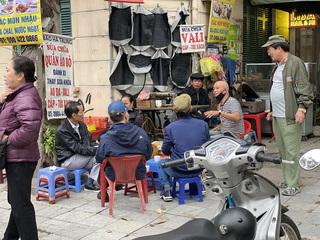 Ăn theo cafe, trà đá vỉa hè Hà Nội bày bán tràn lan bấp chấp quy định