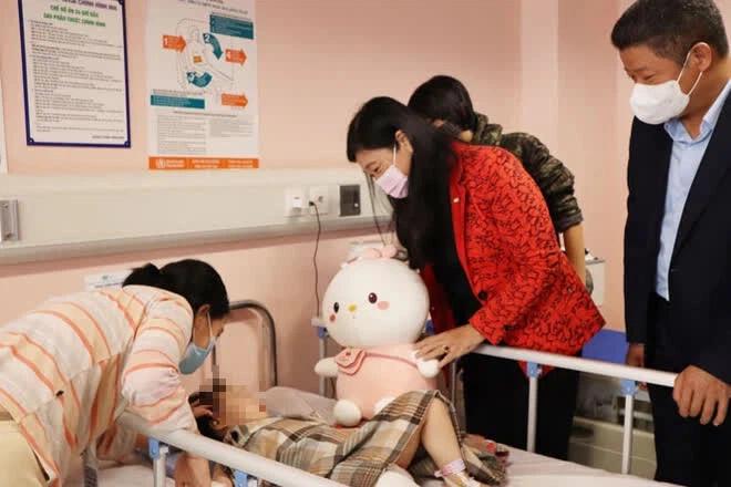 Được nhiều người tặng tiền dù không muốn, người hùng Nguyễn Ngọc Mạnh đã xử lý thế nào