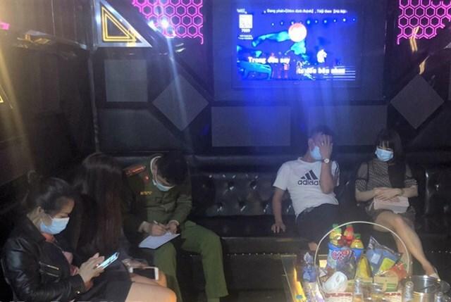 Cho khách cùng tay vịn vào hát trong đợt dịch, chủ quán karaoke bị phạt 25 triệu đồng