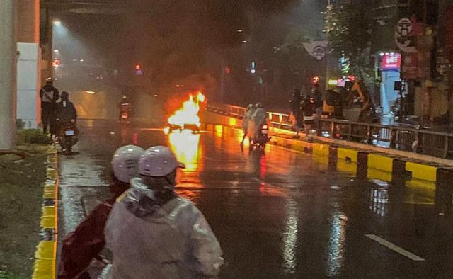 Ô tô tông xe máy bốc cháy giữa hầm chui Thanh Xuân rồi bỏ chạy