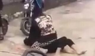 Nữ sinh đánh nhau, bạn bè quay clip đăng lên mạng xã hội
