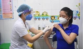 Nữ nhân viên trạm y tế tại Hải Dương và nhiều người được tiêm vaccine COVID-19