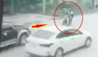 Chiếc xe ô tô lấn làn tông trực diện hất tung 2 nữ sinh lên không trung