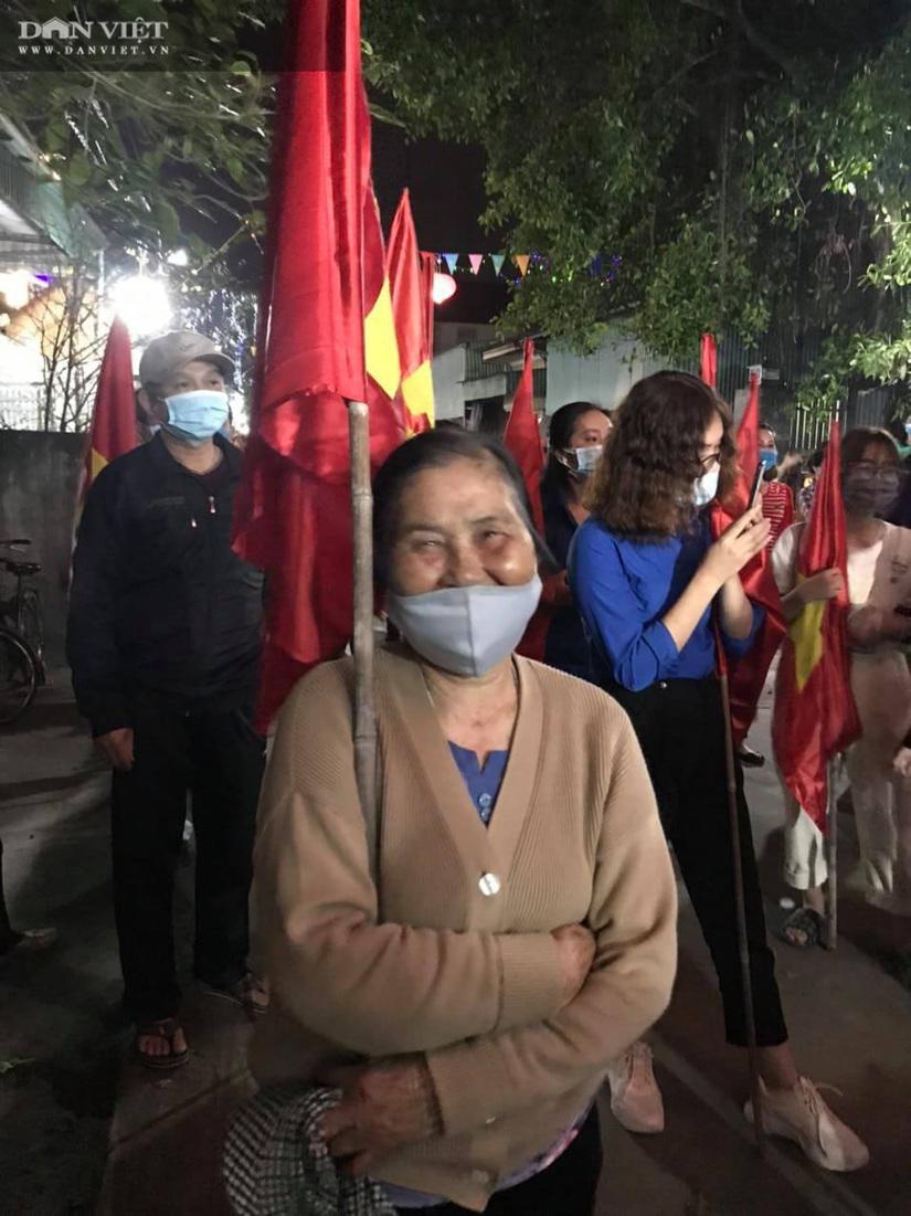 Người dân xã Hoàng Động và phường Dư Hàng vỡ òa cảm xúc khi được gỡ phong tỏa