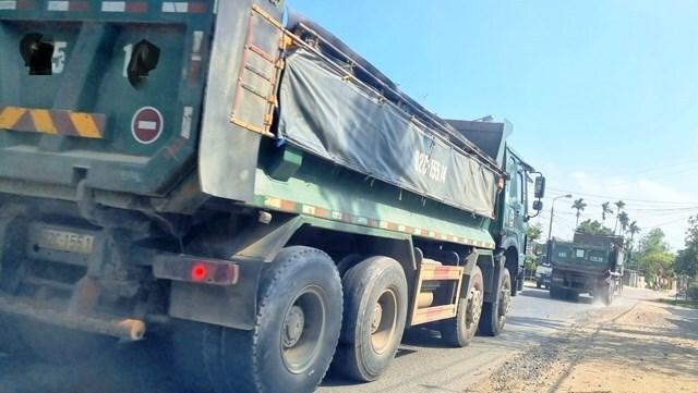 Xe quá tải lộng hành trên đường dân sinh ở Quảng Nam