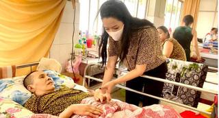 Trịnh Kim Chi đến viện thăm NS Hoàng Lan: Tôi xót xa và lo cho tình trạng hiện tại của chị Lan