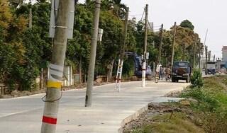 40 chiếc cột điện 'mọc' giữa đường