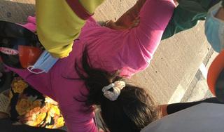 Cha tử vong sau tai nạn, con gái ôm thi thể khóc ngất ở cầu Phú Mỹ