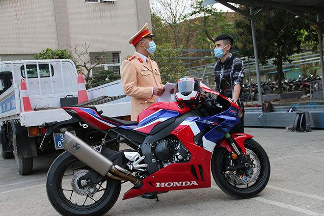 Trần tình của thanh niên phóng mô tô tốc độ 299km/h trên Đại lộ Thăng Long