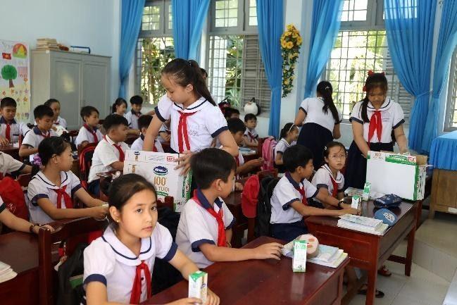 Sữa học đường đang được triển khai cho trẻ em tại nhiều tỉnh đồng bằng sông Cửu Long